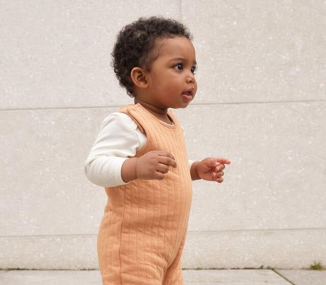 Baby Strampler aus reinen Naturfasern.