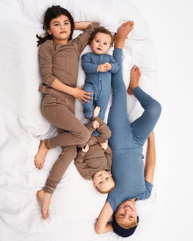 Kinder in Schurwolle und Seide in Blau und braun.