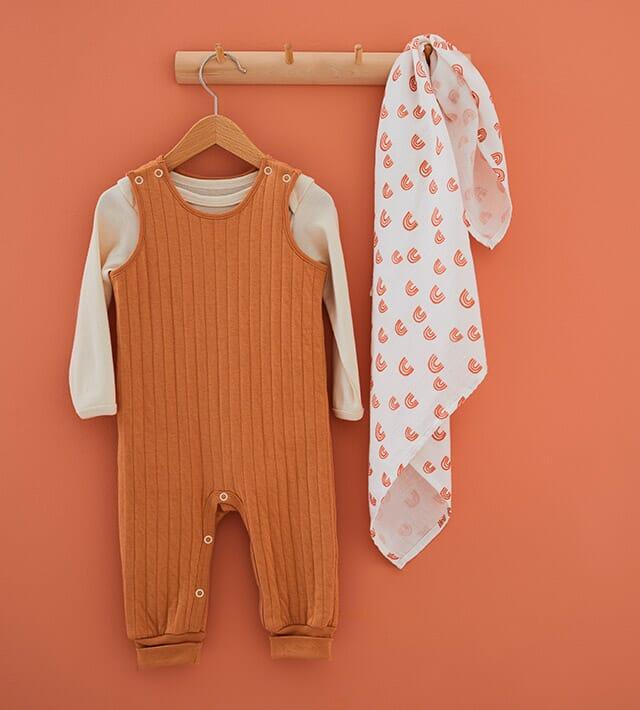 Naturgefärbte Baby- und Kinderkleidung