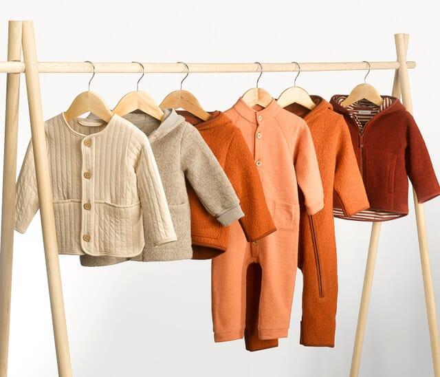 Kinderkleidung aus reinen Naturfasern.