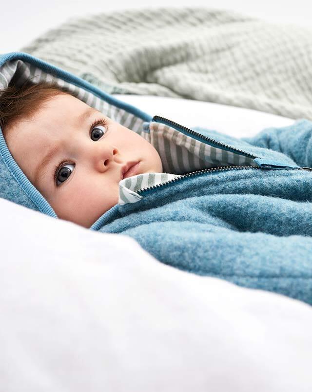Bio-Wollfleece Kleidung für Babys.